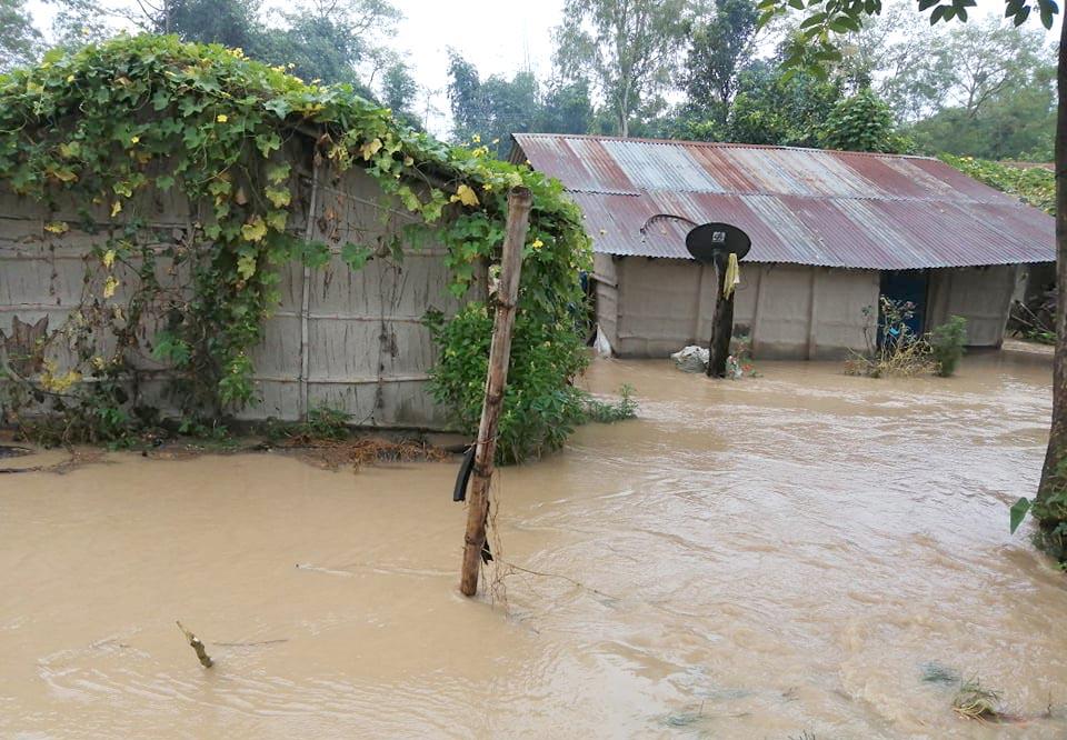 राजापुरमा घरभित्रै बग्यो, कर्णाली नदी (फोटो फिचर)
